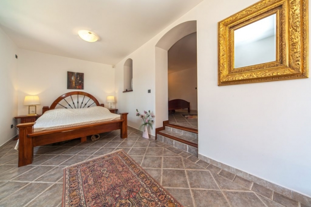 Sleeping room with a double bed in the Villa Rasotica