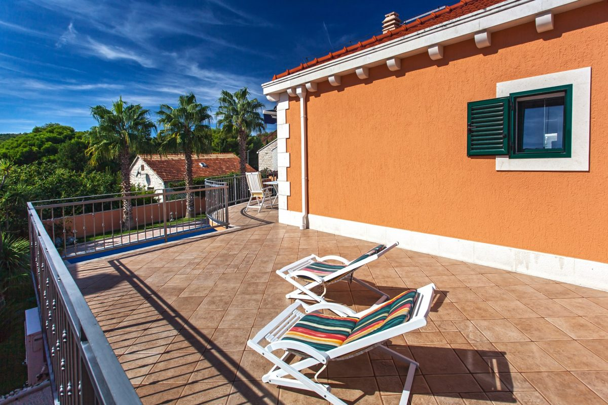 Upper terrace with sunbeds and the swimming pool view in the Vila Rasotica